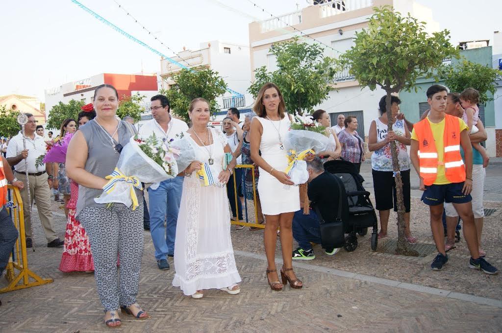 Fieles devotos y vecinos presentan sus ofrendas de flores a San Francisco de Asís en Isla Cristina