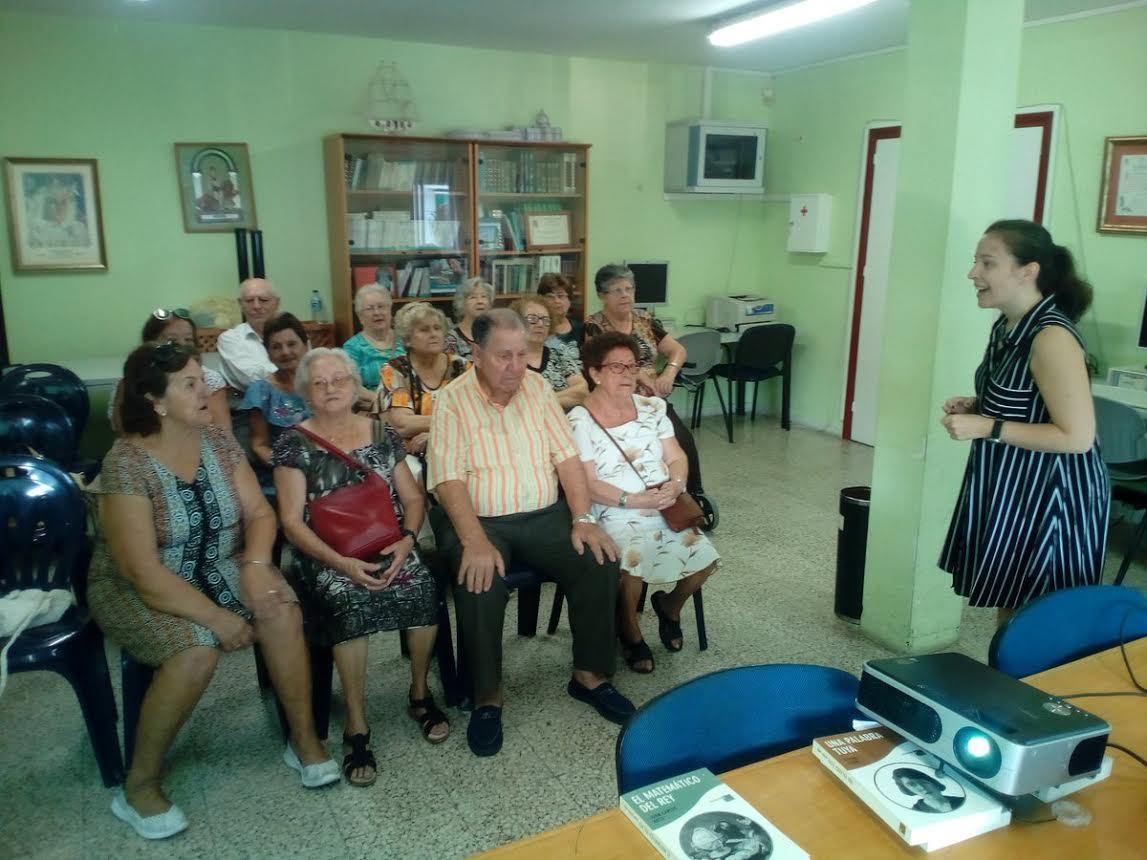 Isla Cristina acoge dos talleres sobre la prensa andaluza para personas mayores
