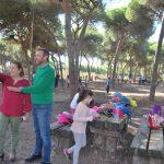 Se reparan mesas y bancos en el pinar de Isla Cristina para festejar Tosantos