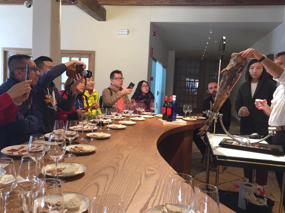 Medios de comunicación chinos descubren la provincia de Huelva a través de su gastronomía