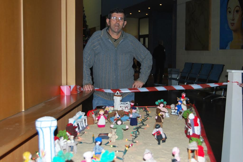 Instalan un Belén de Crochet en el hall del Teatro Municipal