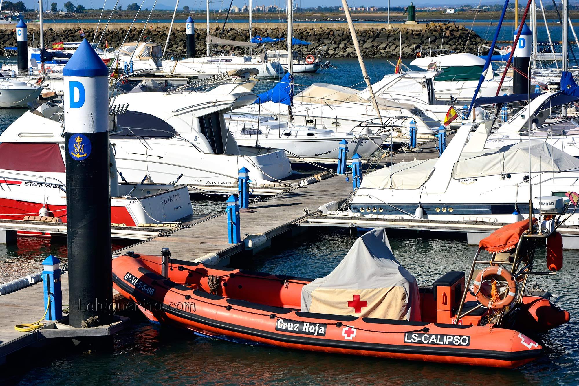 El equipo del barco de salvamento de Cruz Roja, con base en Isla Cristina ha llevado a cabo un total de 57 intervenciones en el 2017