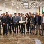 Instituciones y agentes sociales firman un pacto para la llegada del AVE a Huelva