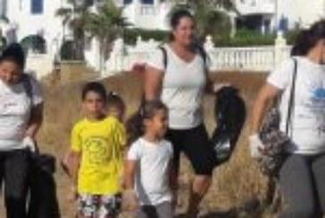 ARATI limpia la playa isleña como una actividad de cohesión familiar