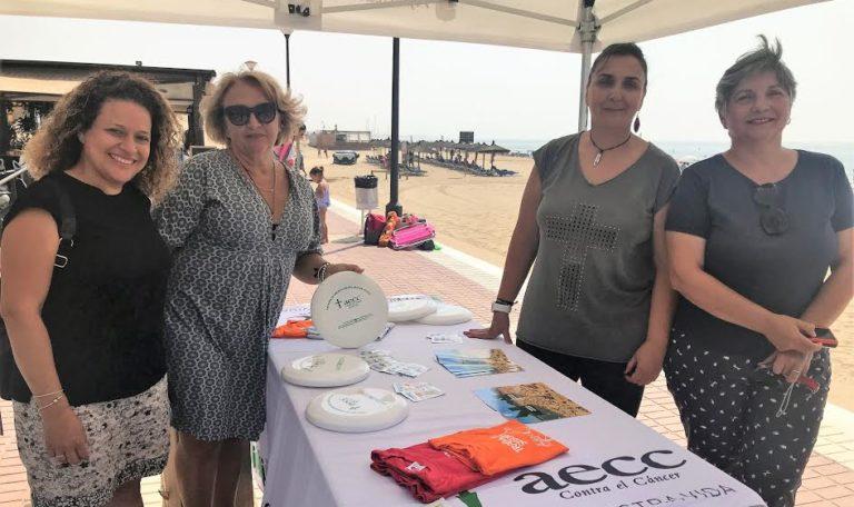 La AECC Huelva recorre las playas alertando sobre el Cáncer de Piel