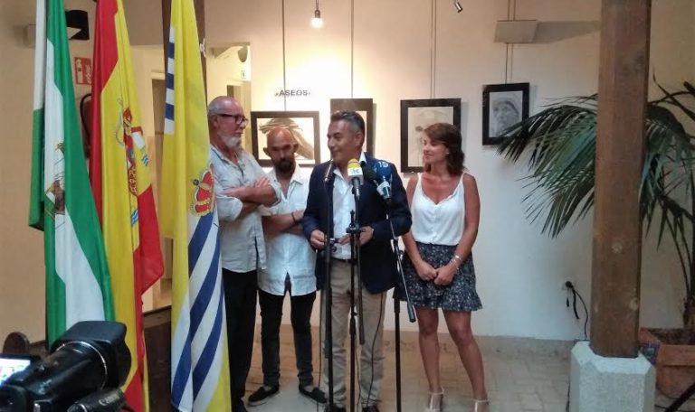 Emilio Cabet expone sus dibujos en el Patio San Francisco de Isla Cristina