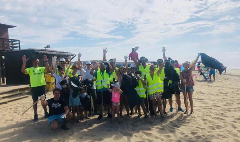 Clientes, trabajadores y directivos de Hotel Occidental limpian la playa de Isla Cristina cada jueves