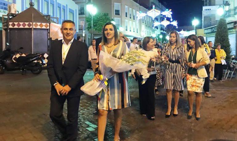Cientos de fieles depositan nardos a los pies del paso de la Virgen del Rosario