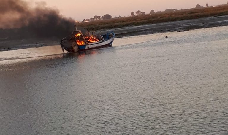 Dos personas heridas en el incendio de varios pesqueros en el puerto de Isla Cristina