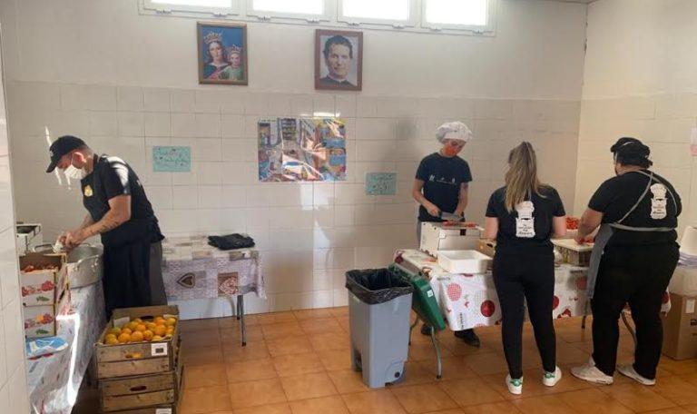 La asociación juvenil Carabela activa una cocina solidaria para asegurar la comida diaria de 50 onubenses