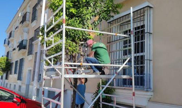 El Ayuntamiento de Isla Cristina acomete distintos trabajos de adecentamiento en el casco urbano