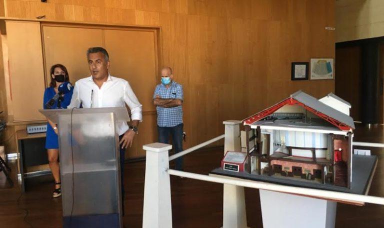 Demetrio Paín dona su maqueta del salón Circo Victoria al Ayuntamiento