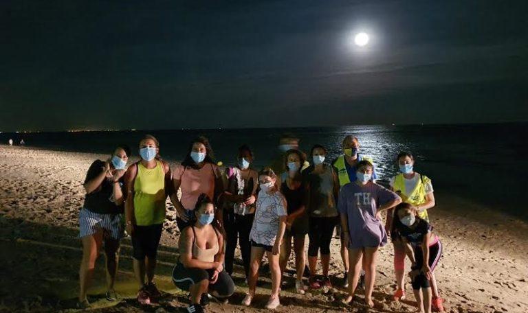 Un centenar de personas de todas la edades participan en la IV Ruta Nocturna de Senderismo 'Playas de Isla Cristina'
