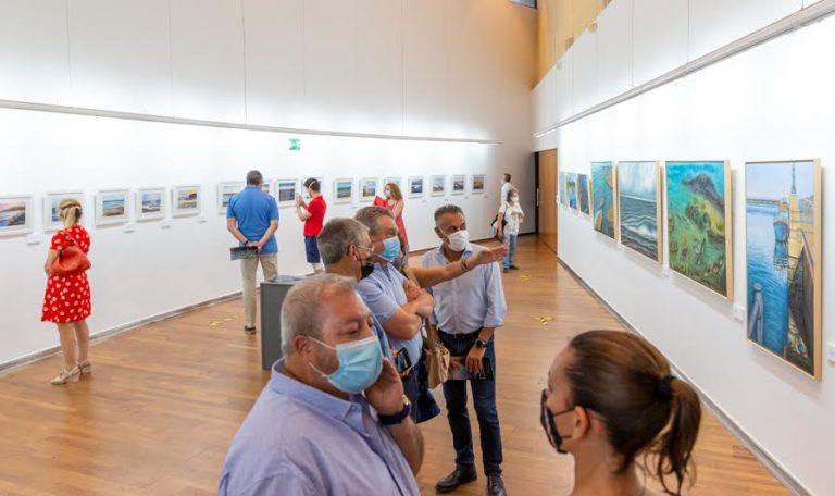 La onubense María José Caro expone en Isla Cristina cerca de cuarenta obras con el agua como elemento conductor