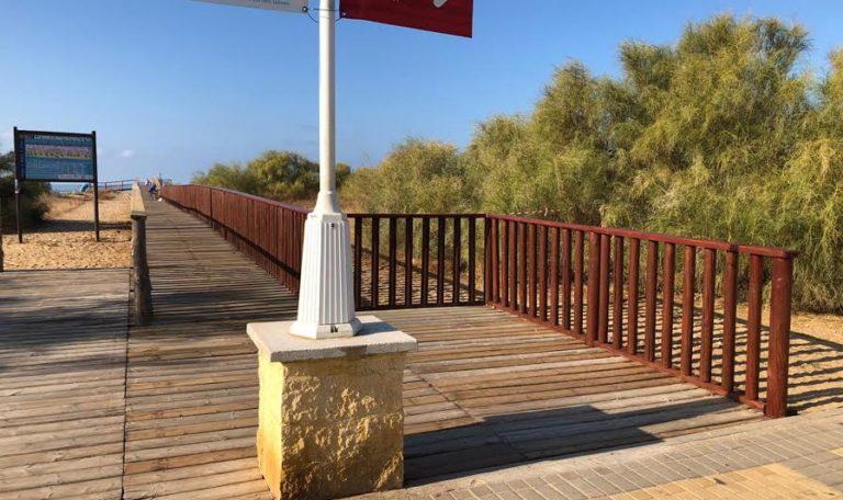 Reparación de las pasarelas de madera de acceso a la playa de Islantilla