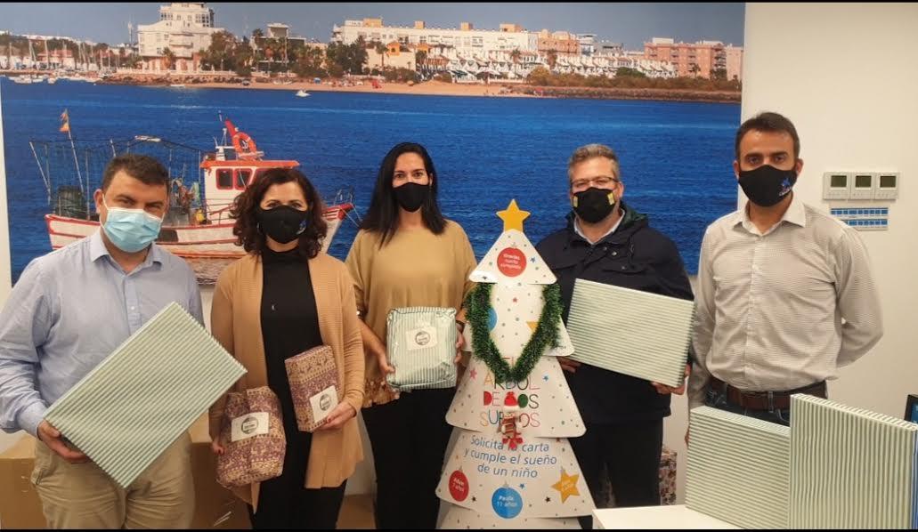 La Fundación la Caixa entrega al Ayuntamiento los regalos recogidos en la Campaña 'El Árbol de los Sueños'