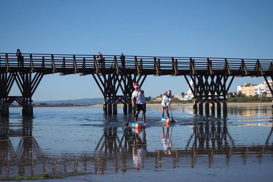 Más de setenta participantes se unen por una buena causa en Isla Cristina con el paddle surf como protagonista