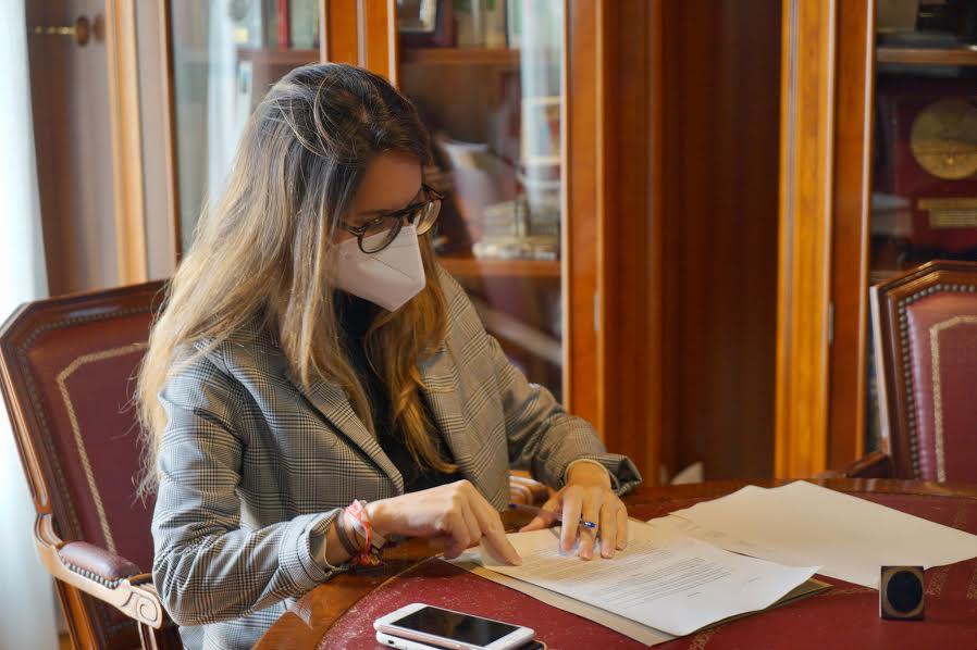 """Los Ayuntamientos de Isla Cristina y Ayamonte firman un convenio con Giahsa para la realización de las obras de la red de drenaje en el CEIP """"la higuerita"""", de Pozo del Camino"""