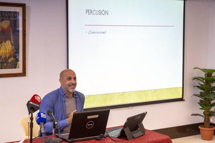 El compositor onubense David Macías ofrece una conferencia en Isla Cristina en la que explica cómo componer una marcha procesional