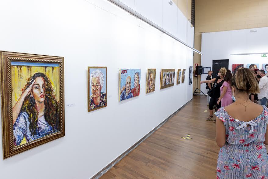 La artista isleña Laurá Chalé expone por primera vez su obra en la localidad