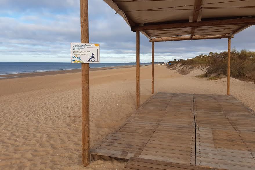La Playa de Islantilla habilita su espacio reservado para personas con movilidad reducida