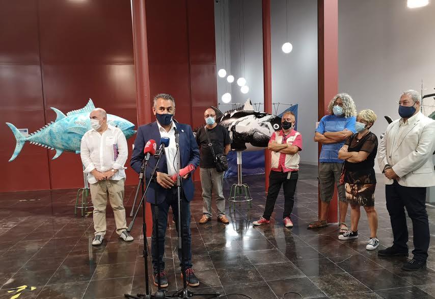Isla Cristina acoge la exposición Un Bol de Atunes Rojos en la que doce artistas actúan sobre doce ejemplares de atunes rojos