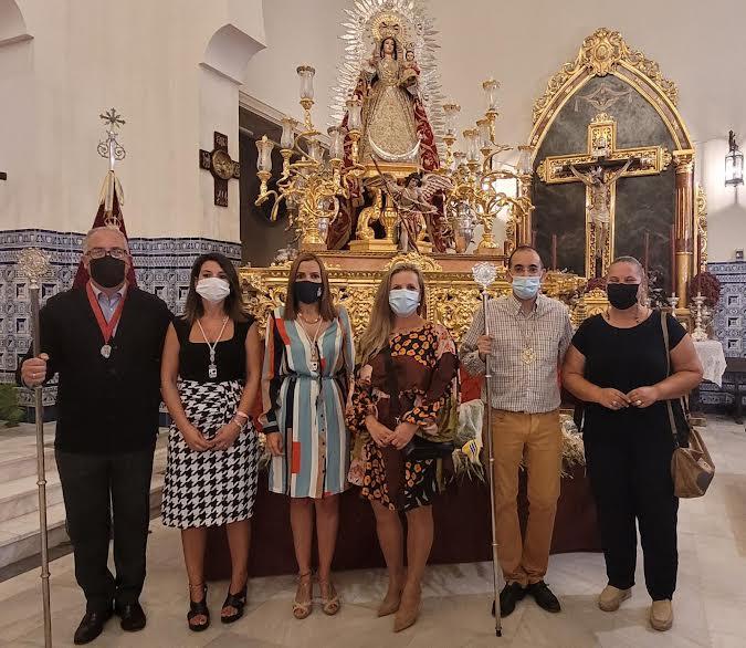 Numerosos fieles y devotos ofrendan nardos la Patrona de Isla Cristina